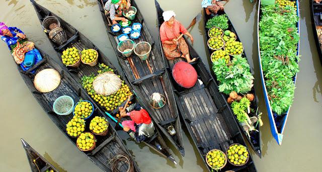 Banjarmasin ada Pasar Apung yang nyentrik