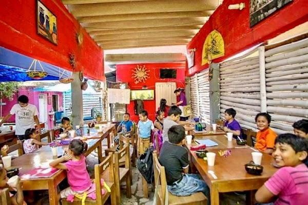 Niños toman clases en bar de Juchitán porque SEP se ha olvidado de ellos.