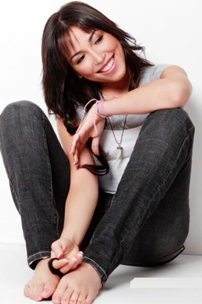 Foto de Ana Isabelle sentada en el piso