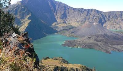 Tujuh Gunung Paling Angker Di Indonesia