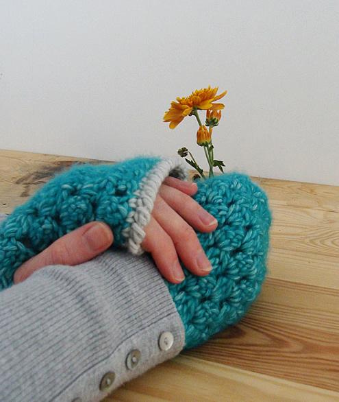 Easy crochet projects: wrist warmers | Happy in Red