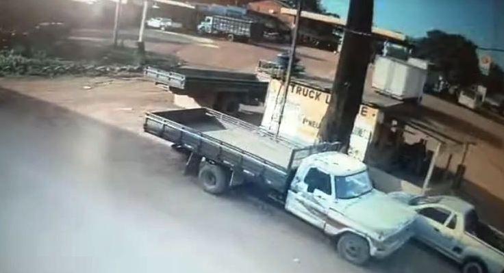 Caminhão desgovernado destroi lanchonete à beira da BR-163, em Trairão; veja o vídeo