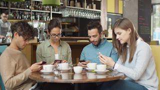 Μπαρ απαγόρευσε τη χρήση κινητών τηλεφώνων για να μπορούν να μιλήσουν σαν άνθρωποι και να χαλαρώσουν