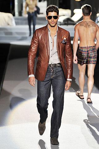 Dsquared2. Imagen desfile hombre jeans y cazadora de cuero