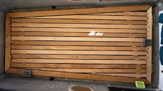 Das Holz des Fußbodens ist geschnitten