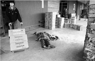 Fotografia en que se ve el cadáver cubierto con una manta