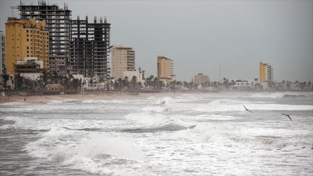 Miles de mexicanos evacuados ante la amenaza del huracán Willa