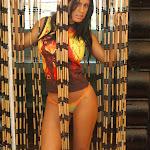 Andrea Rincon, Selena Spice Galeria 36 : Shakiras, Camiseta Negra Con Amarillo y Rojo, Tanga Amarilla y Naranja Foto 10