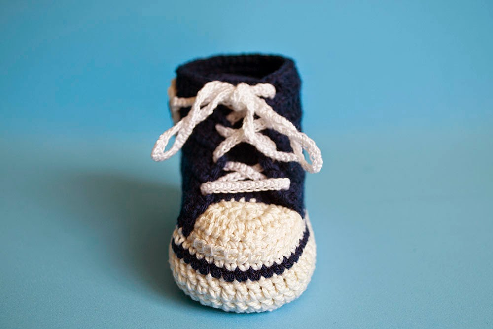 Zapatillas Converse para bebé de ganchillo
