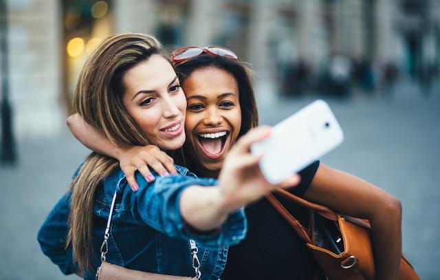 Δεν είναι τόσο αθώες όσο φαίνονται: Ανησυχητική έρευνα για τις selfies - Τι λένε οι επιστήμονες
