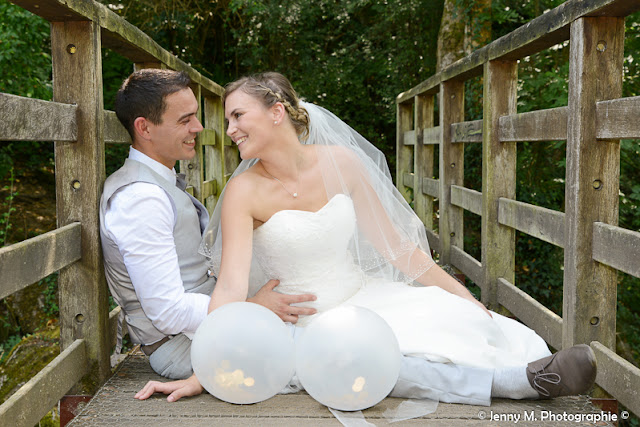 photo mariés assis sur pont de bois qui se regardent