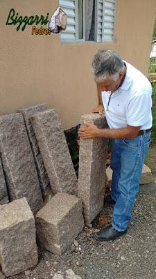 Pedra folheta para calçamento de pedra com guia de pedra.