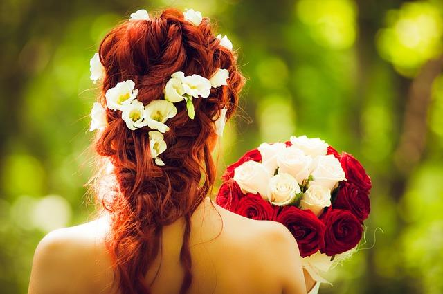 bó hoa cầm tay cô dâu màu đỏ và trắng