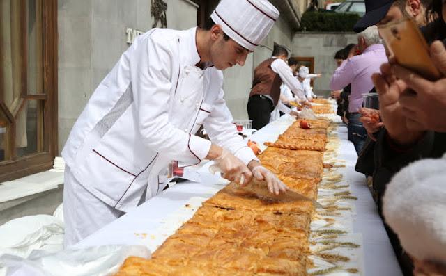 Gata armenia tradicional de 240 kg horneada en Ereván