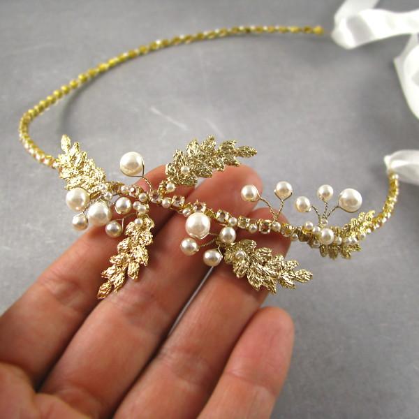 Tiara ślubna z perełkami i piórkami.