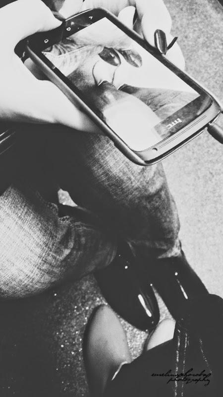 kalosze, kobiety, telefony, smartfon robi zdjęcie smartfonowi, black-white