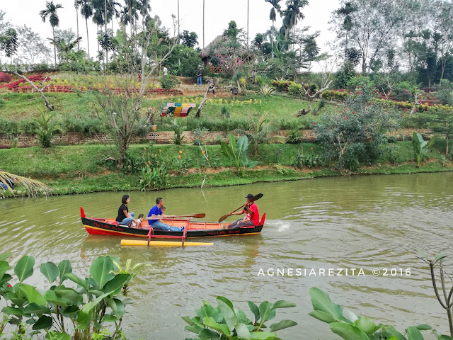 Naik Perahu di Taman The Le Hu Garden