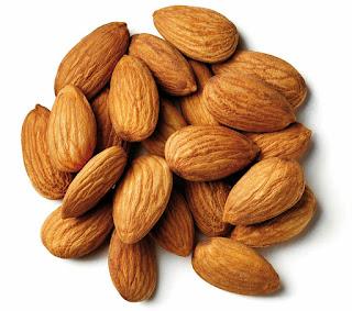 Kacang badam atau almond kaya dengan vitamin E