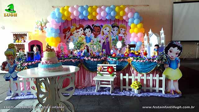 Decoração festa de aniversário Princesas Baby Disney em mesa temática tradicional forrada com toalhas de tecido (pano)