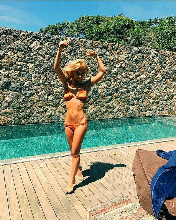 Atriz Carolina Dieckmann postar foto do seu corpo e choca a web pela magreza