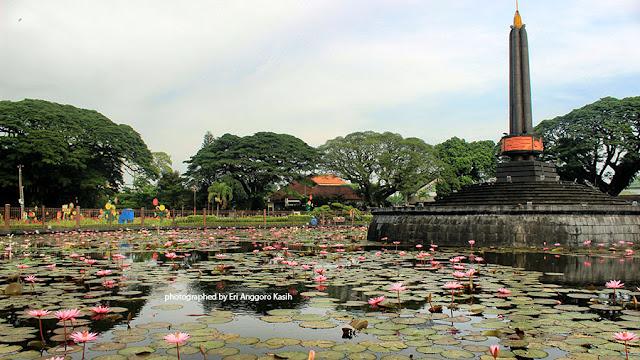 Foto Monumen tugu di tengah-tengah Taman Tugu Balaikota Malang.