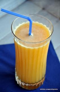 Πορτοκαλένιο smoothie με ανανά και μπανάνα