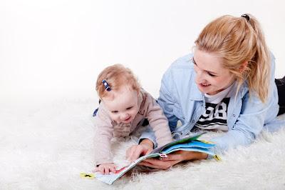 membacakan buku cerita pada anak menstimulasi keterampilan berbahasanya