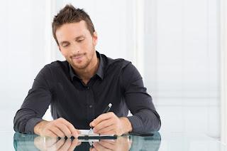 муж мужчина левша пишет левой рукой