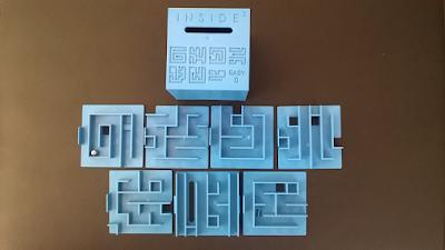Un casse-tête en forme de cube contenant des labyrinthes