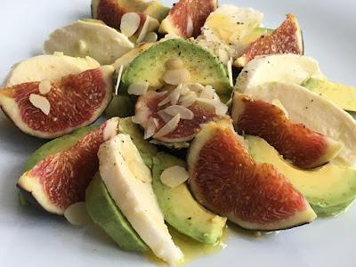 Zdrowa sałatka z awokado, mozzarelli i figi