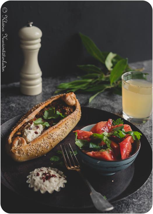 Kıymalı Pide - türkische Teigschiffchen mit Hackfleisch