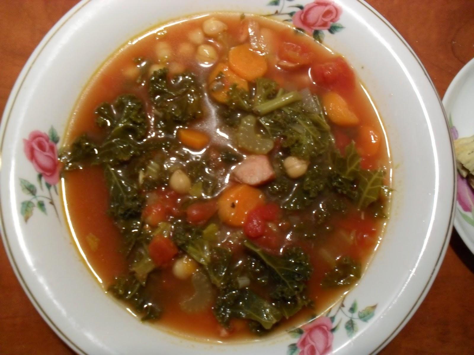 zimowa zupa z jarmużem i paszteciki z pieczarkami