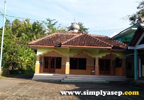 MASJID AT TAQWA : Walaupun sederhana namun aktifitas jamaahnya luar biasa  Di masjid ini juga ada kegiatan TPA dan Remaja Masjid.   Jumatan full bahasa Jawa, Foto Asep Haryono