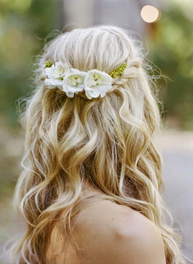 Peinado novia con pelo suelto rizado, trenza y flores