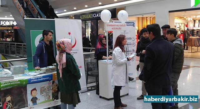 """DİYARBAKIR-Yeşilay Cemiyeti Diyarbakır Şubesi ile İl Halk Sağlığı Müdürlüğü tarafından """"9 Şubat Dünya Sigarayı Bırakma Günü"""" dolayısıyla bir alışveriş merkezinde stant açıldı."""