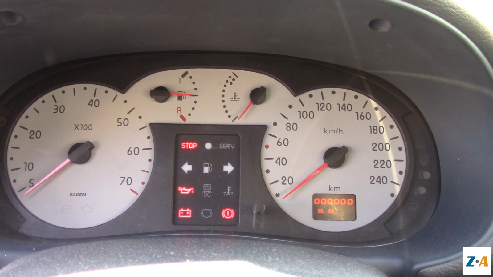 Contact mis, le tableau de bord indique que l'anti-démarrage est désactivé et que le réservoir de carburant est à moitié plein.