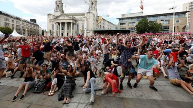 Fans Timnas Inggris di Kota Leeds merayakan kemenangan Timnas Inggris dengan Swedia