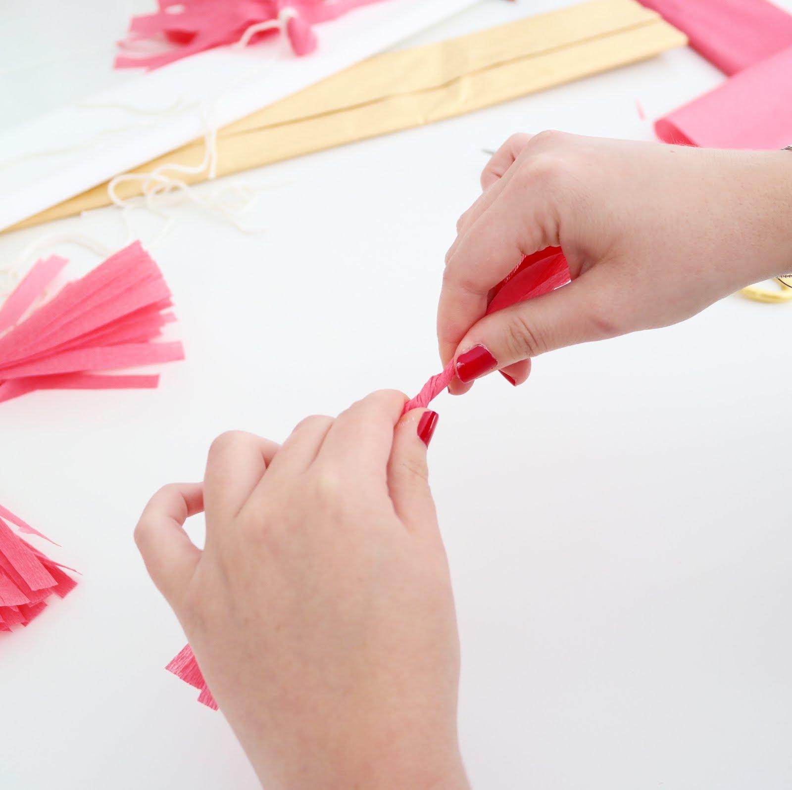 DIY-guirlande-pompons-girly