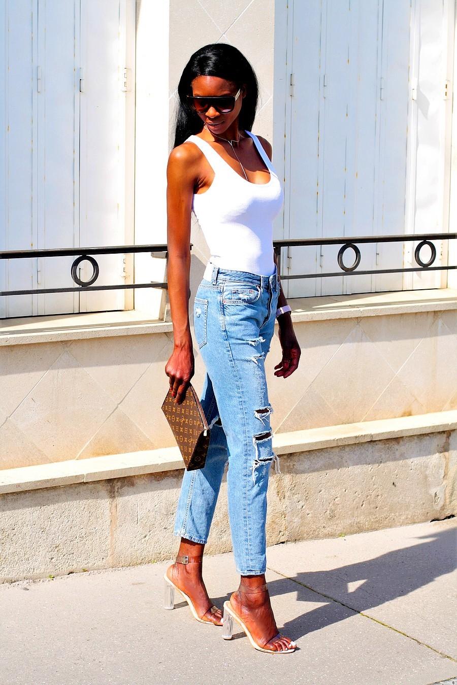 body-blanc-zara-jeans-boyfriend-hm-sandales-transparentes