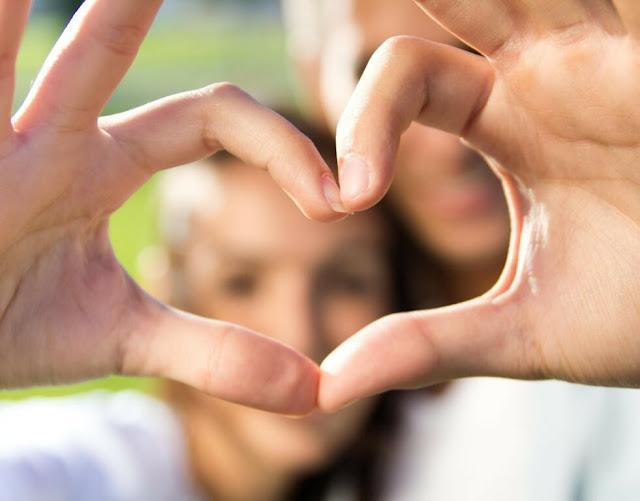 10 أشياء صغيرة يفعلها الأزواج السعداء كل يوم