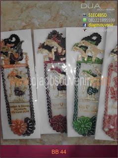 Souvenir  pembatas buku ornamen wayang kulit motif batik