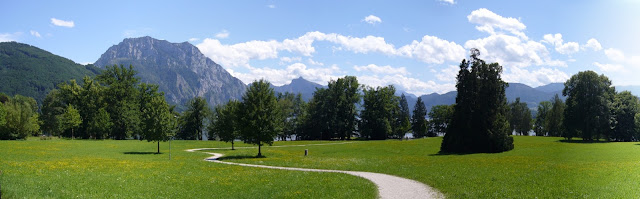 Walking round Traunsee, there are lots of beautiful spots such as near Villa Toscana
