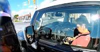 Μοτοσικλετιστης ΞΕΦΤΙΛΙΖΕΙ μια παλιογρια που οδηγα και στελνει μηνύματα στον ΓΚΟΜΕΝΟ ΤΗΣ (ΒΙΝΤΕΟ)