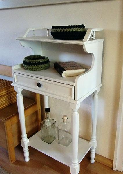 Altes Telefontischchen weiß lackiert