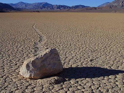 Batu bergerak death valley - 5 Fenomena Alam Unik dan Misterius di Dunia