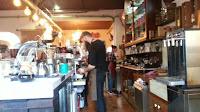 Barista preparando un café