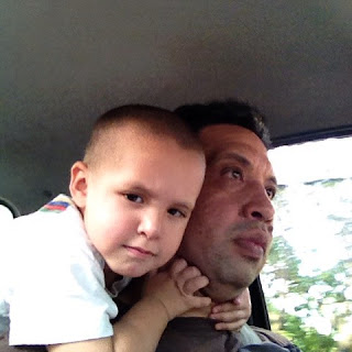 Fabian abrazándome mientras manejo
