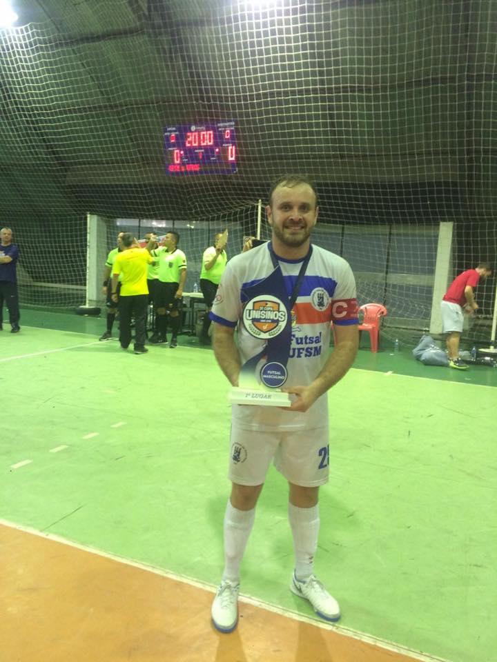 85f880ec6e O capitão Carlos recebeu o troféu de campeão da 31ª Copa Unisinos.