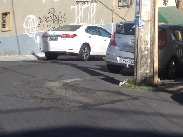 Atenção Embasa: Tem água minando pelo asfalto na ladeira da Rua Almirante Barroso