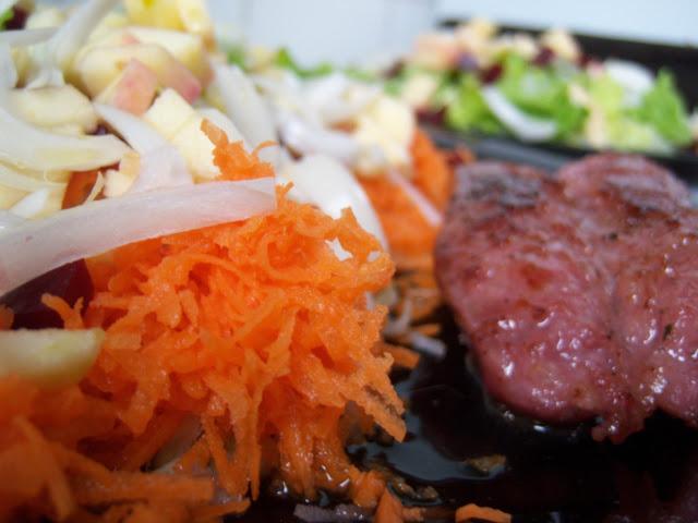 La ensalada de verduras con un chorizo criollo de acompañamiento
